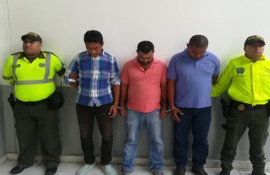 Los tres capturados por las autoridades.