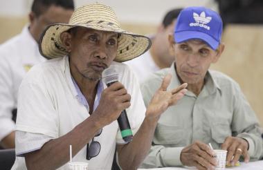 Líderes interviniendo ante el gobernador de Bolívar.