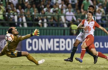 El remate del uruguayo Diego Guastavino, puso el 2-1 final.