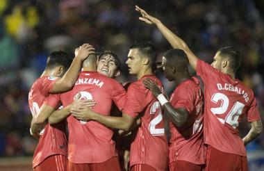 Benzema celebra el gol con sus compañeros.