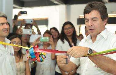 El gerente de Fedecafé en el acto de inauguración de un laboratorio escuela.