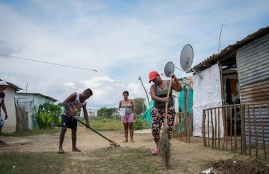 Un grupo de colombianos retornados limpia una de las zonas de la 'Bendición de Dios'.