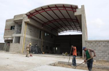 Obreros realizan labores en estación de Bomberos.