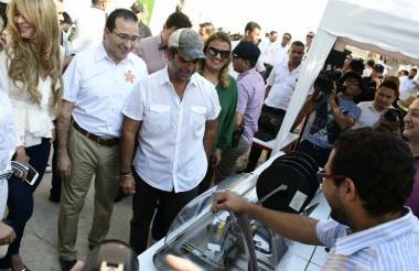 Jackelin Rojas, Carlos Estrada y Alejandro Char observan los proyectos de innovación del Sena.