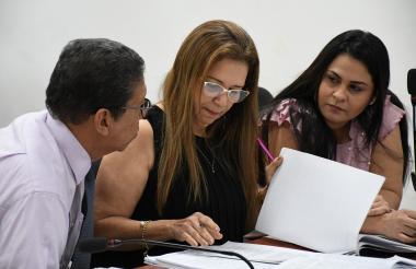 Dayana Jassir (derecha), junto a sus abogados Julio Ojito Palma y Janeth Ortiz.