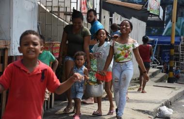 Niños, jóvenes y adultos recorrieron las calles de la ciudad.