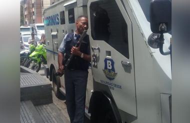 Uno de los escoltas del camión de valores que repelió el ataque.