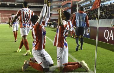 Luis Díaz y Yony González celebran el tanto que le dio la clasificación a Junior.