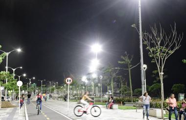 Así luce el espacio público en el Malecón del Río, cuyas zonas verdes y calles son iluminadas con luces Led.