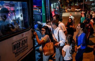 Un grupo de usuarios sube a un bus del transporte público en el norte de Barranquilla.