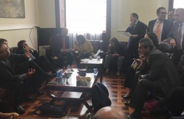 Álvaro Uribe y Gustavo Petro, senadores y enemigos políticos, se reunieron la semana pasada por 9 horas para llegar a un acuerdo.