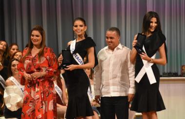 El alcalde (e) de Cartagena, Pedrito Pereira, durante el acto de entrega de las llaves de la ciudad a las 26 candidatas al Reina Nacional de la Belleza.