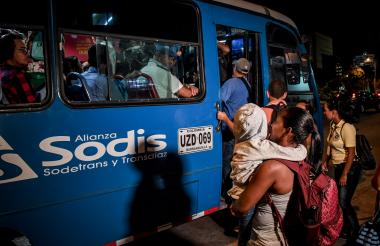 María Coronado y su hija intentan tomar un bus atiborrado de pasajeros en la carrera 51B con calle 86.