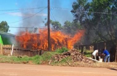 A pesar que vecinos intentaron sofocar las llamas, no pudieron hacer mucho para salvar la vivienda.