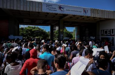 Personas a la espera del ingreso a la Uniatlántico para hacer el examen de admisión, método que fue cambiado desde este año.
