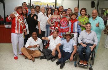La reina Carolina Segebre, el rey Momo Freddy Cervantes, los reyes infantiles Isabella Chacón y César de la Hoz y la directora de Carnaval Carla Celia posaron junto a varios concejales del Distrito.