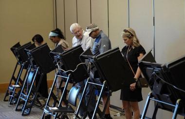 Ciudadanos votan en el colegio electoral en la Biblioteca John P. Holt Brentwood de Brentwood, Tennessee.