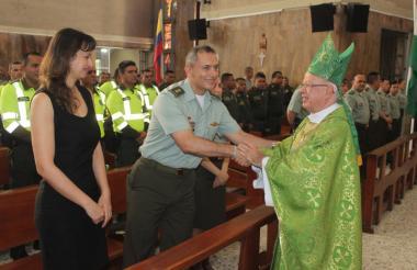 El general Mariano Botero Coy saluda a monseñor Víctor Tamayo, obispo auxiliar de Barranquilla.