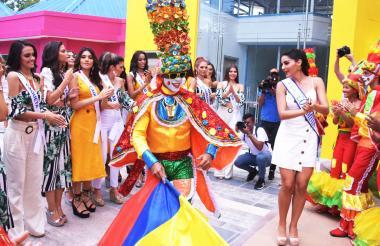 Candidatas bailan y disfrutan durante la visita.