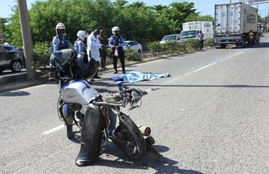 El hombre que conducía la motocicleta falleció en el lugar de los hechos.