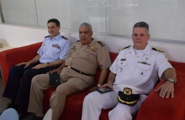 Profesionales de la Reserva de las Fuerzas Militares en su visita a EL HERALDO.
