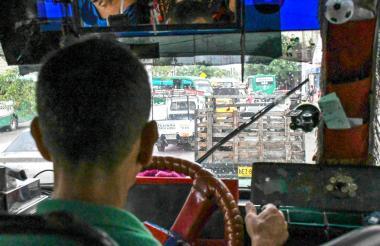 Un conductor aguarda en un trancón en hora pico en el norte de Barranquilla.