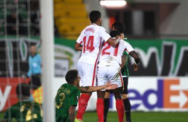 Luis Fernando Muriel celebrando su gol junto al jugador Promes.