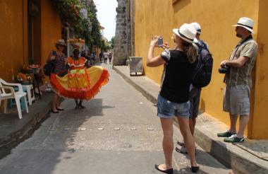 Viajeros en el centro histórico de Cartagena.
