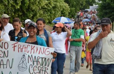 Un grupo de personas marchan en contra del fracking en el Cesar.