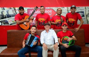 Manuel Alba (de blanco) junto a otros integrantes de la Fundación La tierra del cóndor en una anterior visita a EL HERALDO.