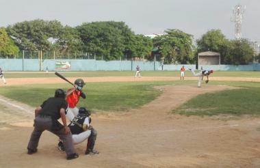 Acción del juego entre Cardenales y Tiburones.