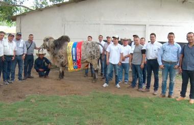 Mauricio Frank Londoño, su hijo Frank Londoño, Alexis Calero, gerente de Evagro, y participantes de Gira por Bolívar, en instalaciones de la finca.