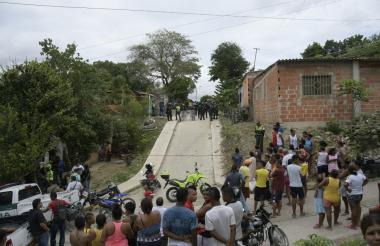 Policías vigilan un punto acordonado tras un atentado criminal en Las Américas.