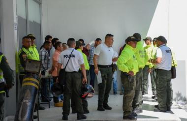 Uniformados de la Policía custodian a los capturados en la entrada de la URI de la Fiscalía.