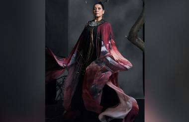 Sobre el atuendo que lucirá Carmiña, se trata de una bata negra que llevará encima una prenda que es una interpretación de la tradicional manta guajira.