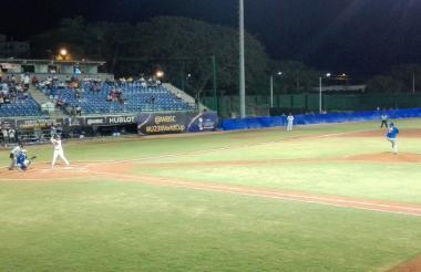 Acción del juego entre los Caimanes y los Leones en el estadio 18 de Junio de Montería.