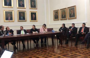 Reunión de la subcomisión designada por la plenaria de la Cámara en busca de un acuerdo.
