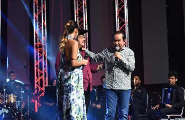 Alfredo Gutiérrez con Aníbal Velásquez y la cantante Linica.