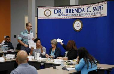 Las autoridades electorales de Florida revisan las boletas electorales este sábado en Lauderhill, Florida.