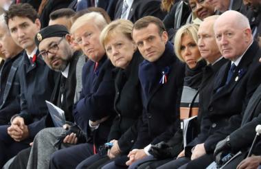 En primer plano el presidente Trump, la canciler Ángela Merkel, el anfitrión Emmanuel Macron y Vladimir Putin, durante los actos cumplidos en el Arco del Triunfo.