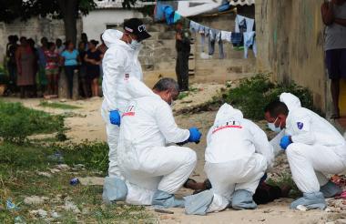CTI realiza un levantamiento de cadáver en el barrio La Chinita de Barranquilla.