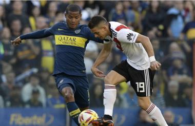 El cartagenero Wilmar Barrios y el barranquillero Rafael Santos Borré en la disputa de un balón.