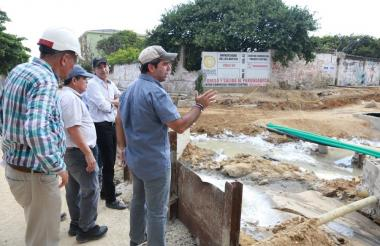 El alcalde Alejandro Char inspecciona el avance de las obras de canalización del arroyo Felicidad.
