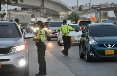 Policías de Tránsito realizan controles en la vía que comunica a Barranquilla con Santa Marta.