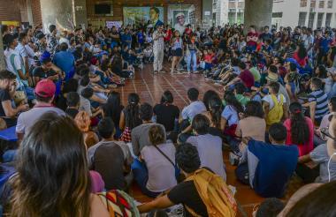 Decena de estudiantes escuchan a un líder de la protesta durante la asamblea realizada ayer en UA.