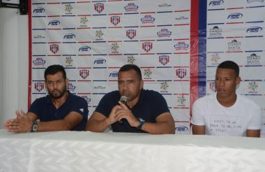 El argentino Fernando Batiste, el técnico Harold Rivera y el defensor Andrés Rodríguez durante la conferencia de prensa.
