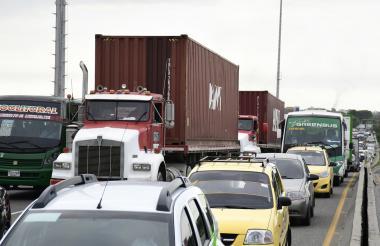 Una fila de vehículos detenidos a la altura del puente de Hipódromo, en Soledad.