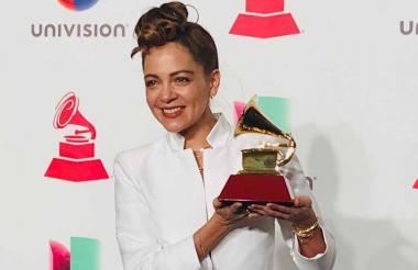 Natalia Lafourcade con su primer Grammy de la noche.