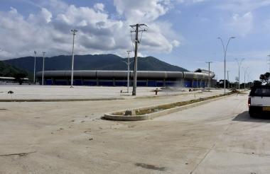 Esta vía de acceso al estadio necesita ser adecuada por parte de la Alcaldía Distrital de Santa Marta.