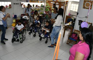 Profesoras, madres y niños con discapacidad ensayan el acto que se presentará hoy en los espacios de la Fundación CE Camilo.